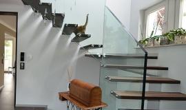 Thể hiện phong cách hiện đại trong không gian hẹp cùng với cầu thang kính